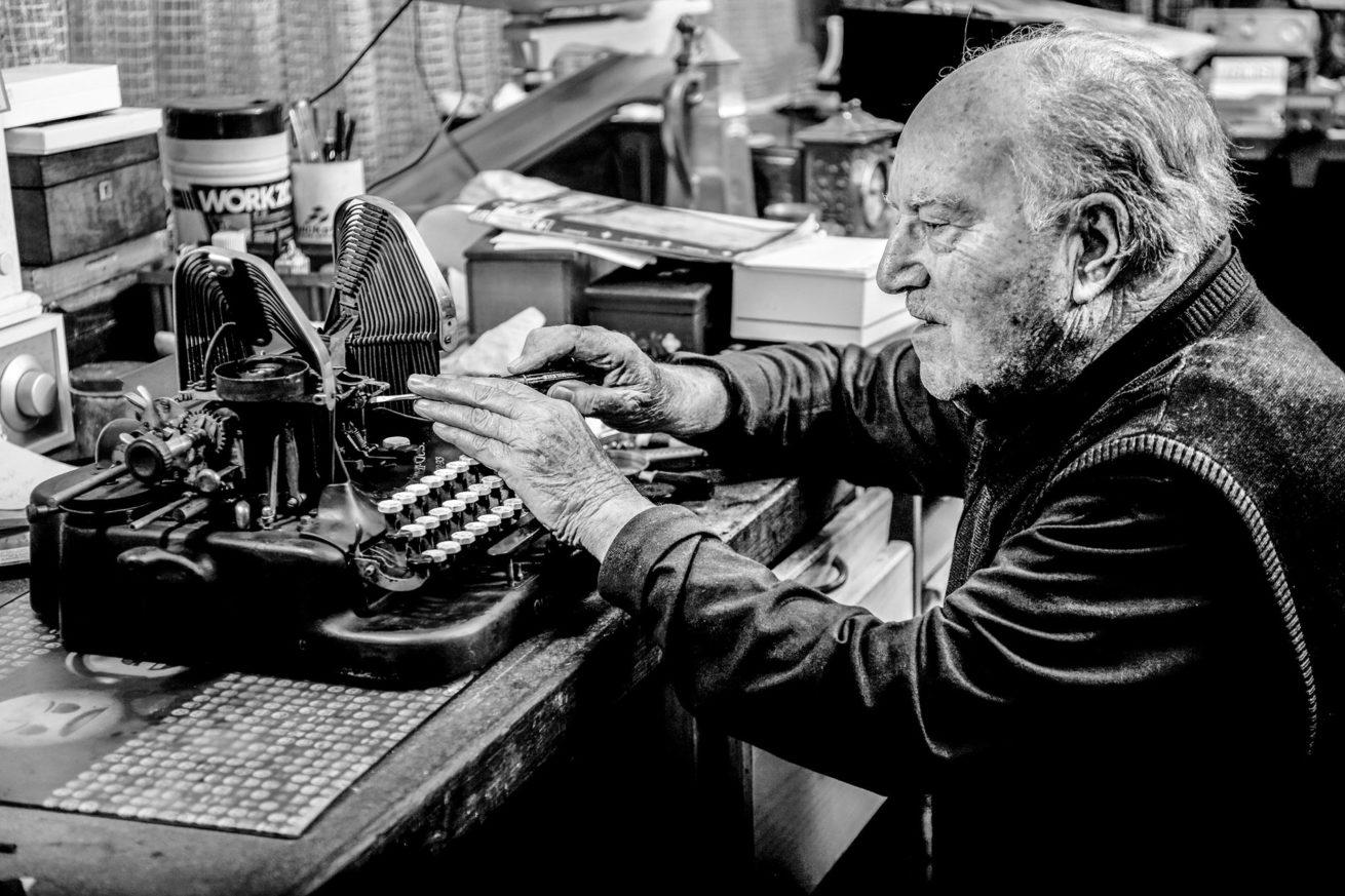 René Schmitt – Schreibmaschinenmechaniker – Portrait Troy Fotografie Olten